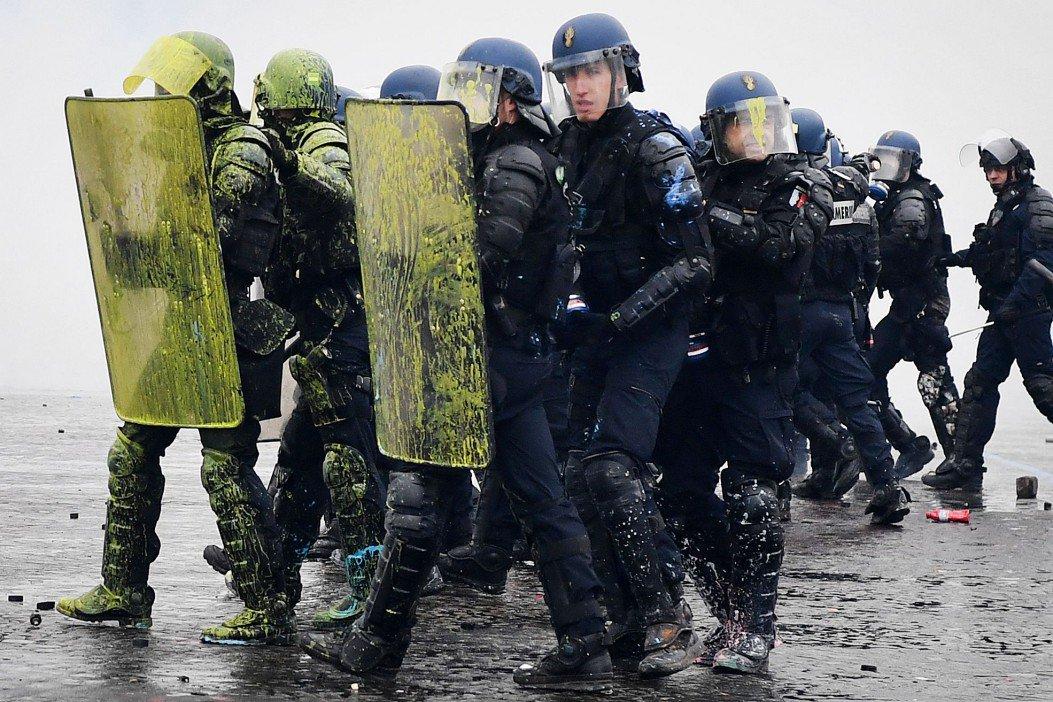 Преступный режим Макрона организовал избиение молодёжи