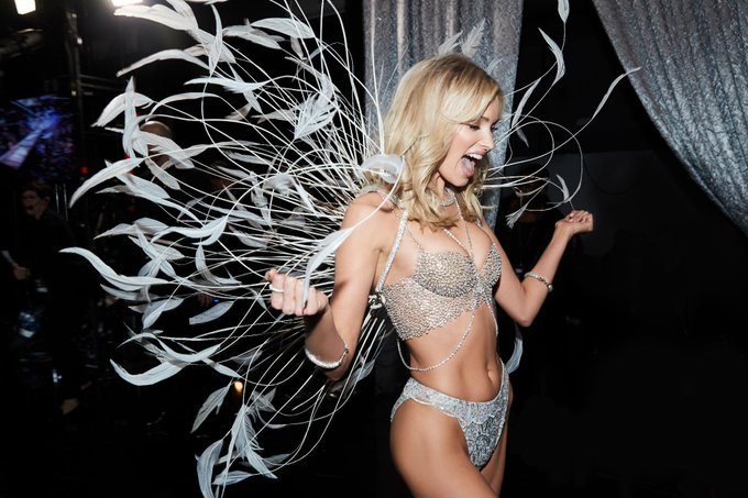 Victoria's Secret Fashion Show  DtVu8M7XoAE3G6d