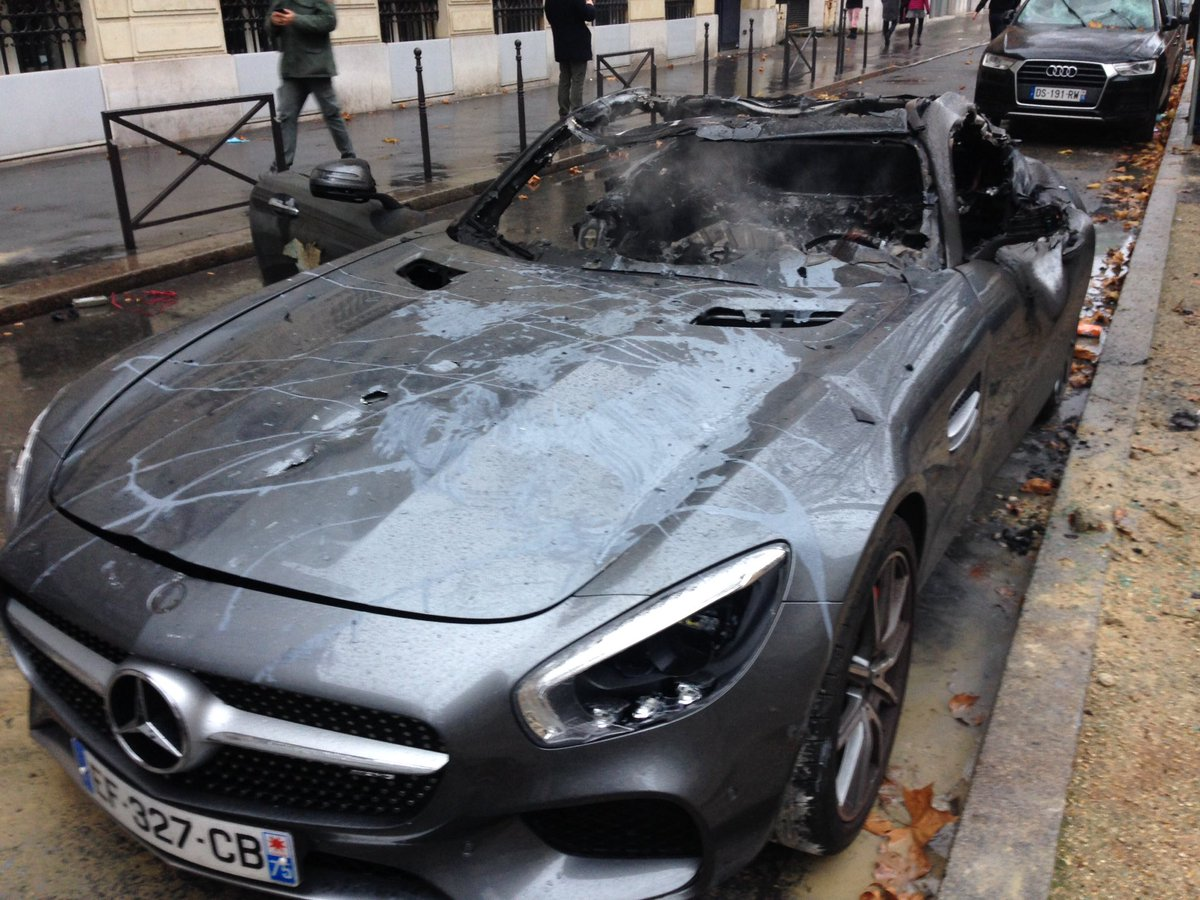 Burnt car at Avenue Kléber in Paris