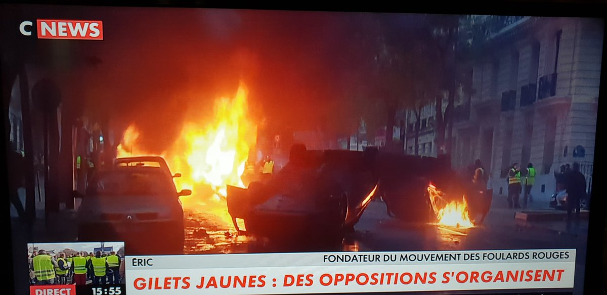 Protests in France - barricades rised in Paris - Page 3 DtVxHAWWkAc5lfB