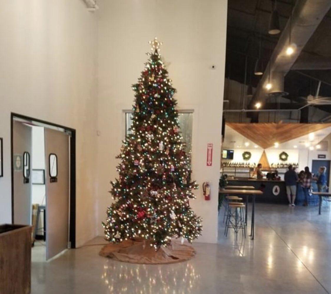 ... tall Christmas tree with some ornaments 😁 pic.twitter.com/WEgw1mBURa