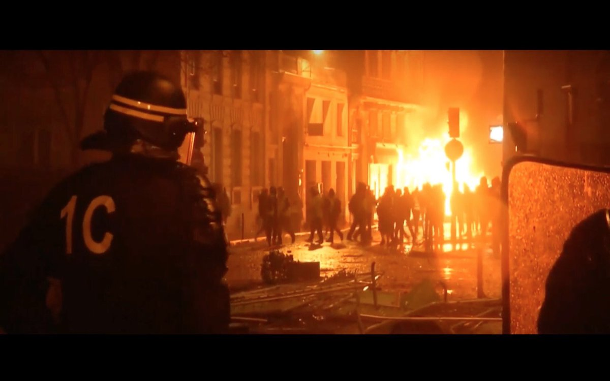 Protests in France - barricades rised in Paris - Page 3 DtWFqZfXoAAAaRi