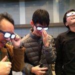 二次元の存在かと思われた光る眼鏡がついに現実の世界に現れた