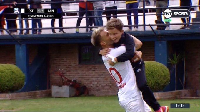 La humildad de la Gata Fernández, saludando al Pepo de la Vega al final del partido. Foto