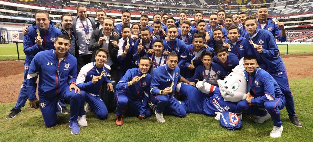 Nuestro equipo Sub 15 dio la vuelta olímpica en el @EstadioAzteca  ¡Felicidades, campeones! #LlegóLaMáquina