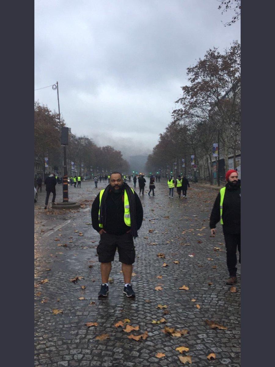 Hier aux abords des #ChampsElysée @MbalaDieudo était #GiletJaune Étonnant, non?