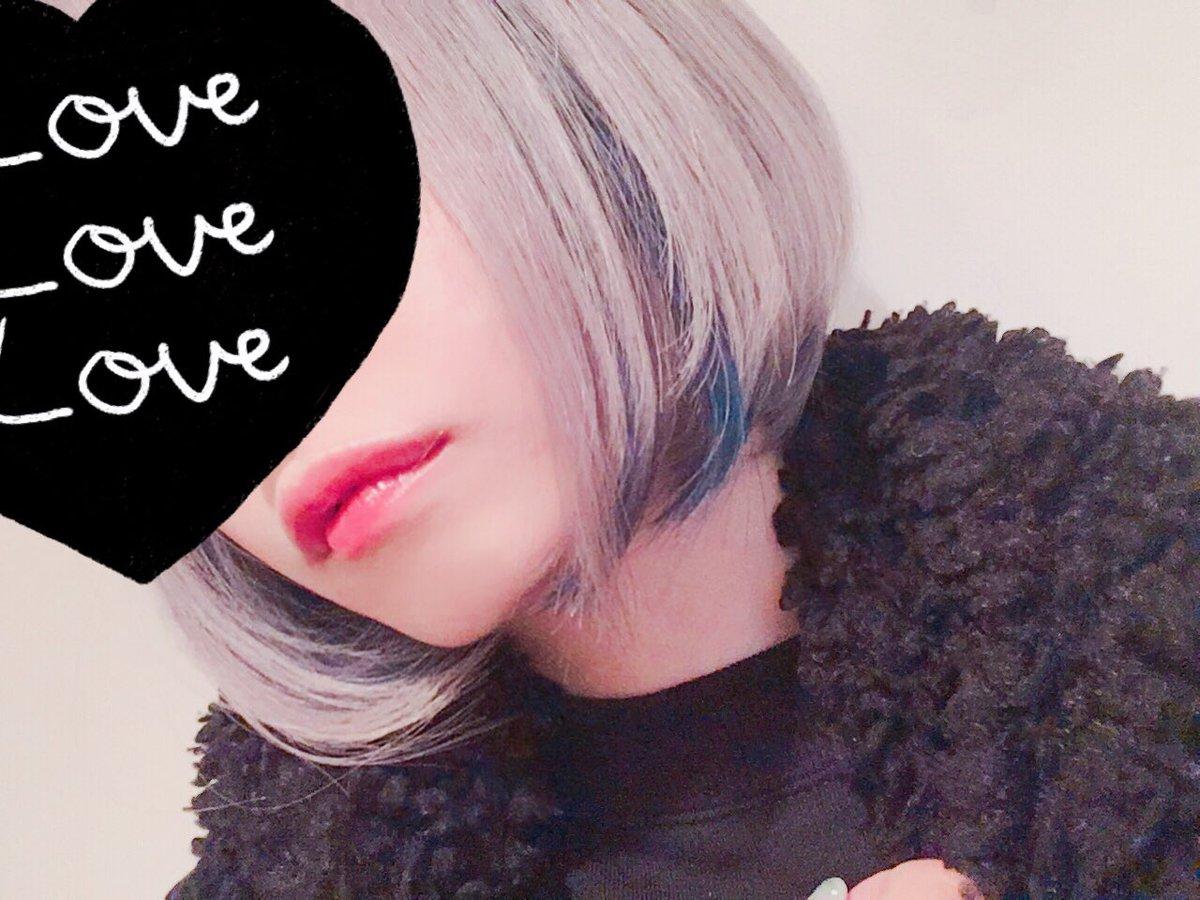先日の空き時間にRISELでカラーしてきたよ〜!✨シルバーに濃いブルー!?「めっちゃブリーチしてるのに髪の毛痛んでなくないですか?!」ってよく言われるけど、これはまさみさんがブリーチの魔術でやってくれているのでサラサラなのだ!髪の痛みが気になる人はぜひ〜✨