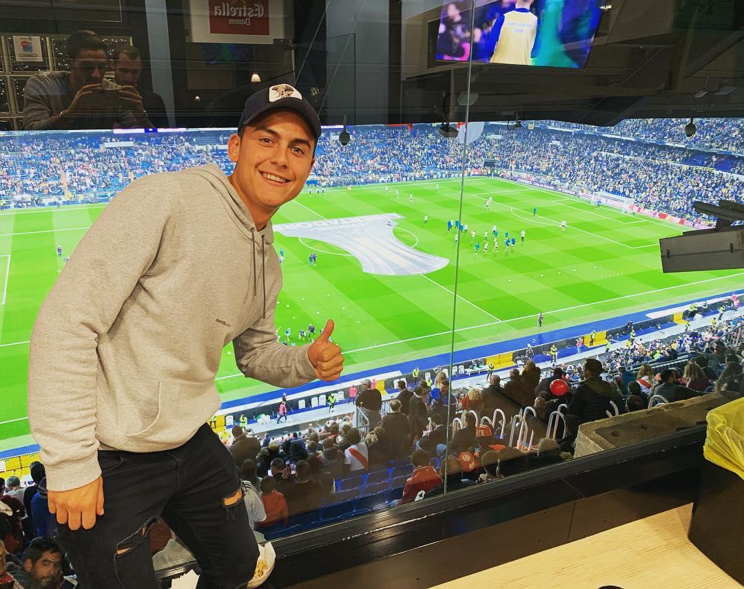 EM CLIMA DE FINAL!  Dybala também está do Santiago Bernabéu para ver a final da Libertadores entre River Plate e Boca Juniors! Quem sai vencedor, fã de esportes? ⠀⠀⠀⠀⠀⠀⠀⠀⠀ 📷: Paulo Dybala   Instagram  ⠀⠀⠀⠀⠀⠀⠀⠀⠀ #TudoPeloFutebol