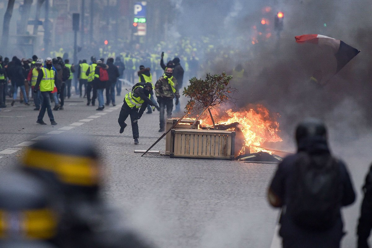 Gilet gialli, guerriglia a Parigi https://t.co/9fHGto9KNF
