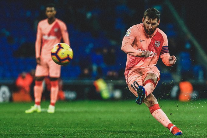 🎯 Free-kicks scored in the last 4 years: ⚽ 19 👤 Lionel Messi ⚽ 18 👥 Juventus ⚽ 14 👥 Real Madrid, Lyon, Roma ⚽ 13 👥 Bayern ⚽ 12 👥 PSG, Sampdoria, Monaco ⚽ 11 👥 Chelsea, Liverpool, AC Milan 🤷♂️ In a league of his own. Foto