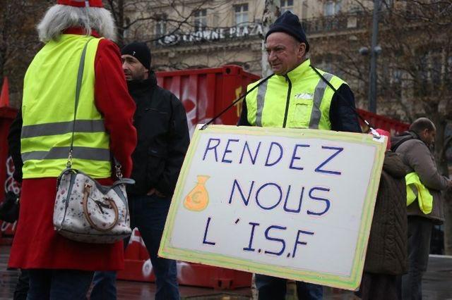 Pas facile pour @EmmanuelMacron de mettre fin aux #GiletsJaunes et d'éviter un #Acte5 avec «en même temps»: - sup. des taxes créées depuis 18 mois, mesures pour le pouvoir d'achat, suppression diverses (80kmh, CT) - préservation des lobbys qui l'ont amené au pouvoir (ISF, IS) Photo