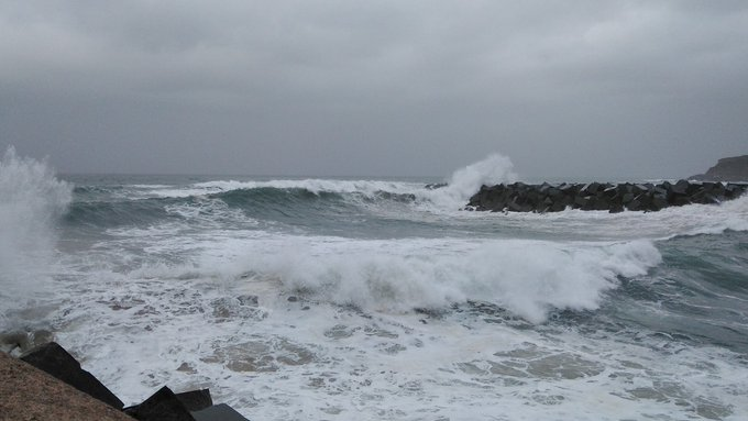 Tarde de domingo de olas. Donostia. Las a habido peores pero aún y todo precaución @Euskalmet @eguraldiaETB @AEMET_PaisVasco