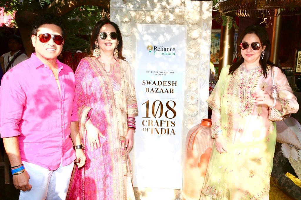 નીતા અંબાણીએ પરંપરાગત ભારતીય 108 હસ્તકળાને આધાર આપતા સ્વદેશ બઝારની મુલાકાત લીધી
