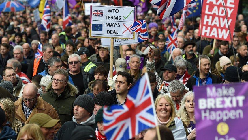 London: Tausende Briten schließen sich Demo von Rechtsextremen für Brexit an https://t.co/TDL81RupAp