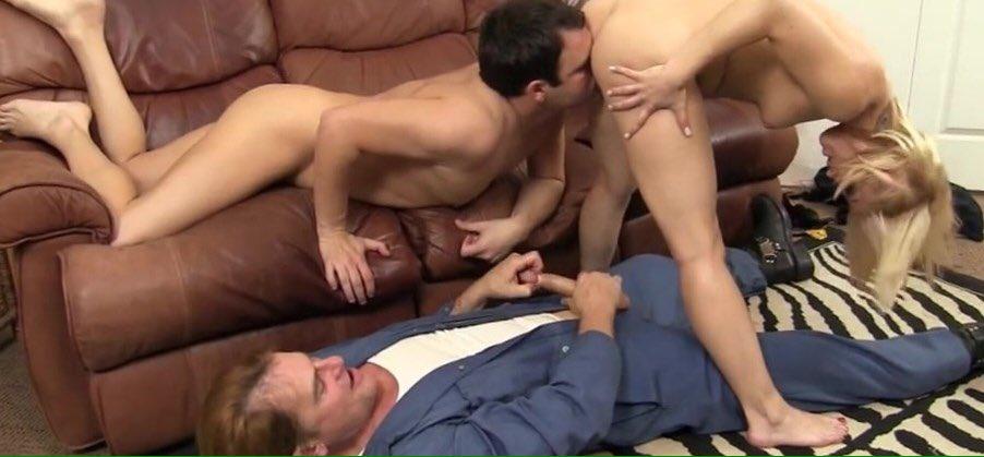 obizhenniy-muzh-trahaet-zhenu-video-seks-i-dominatsiya