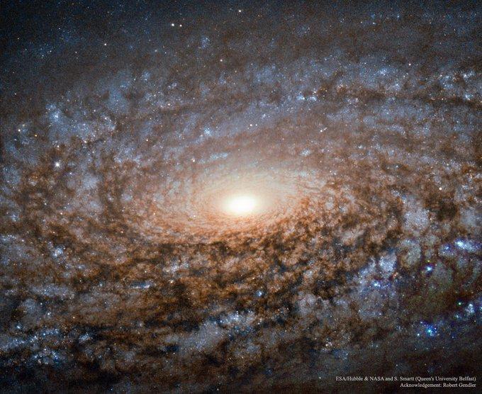 Esta es la región central de la galaxia NGC 3521. Mide, aproximadamente, 50 000 años-luz y está a 35 millones de años-luz de la Vía Láctea. Es una galaxia espiral floculenta, Llamada así por lo poco definidos que están sus brazos espirales. #FelizLunes Photo