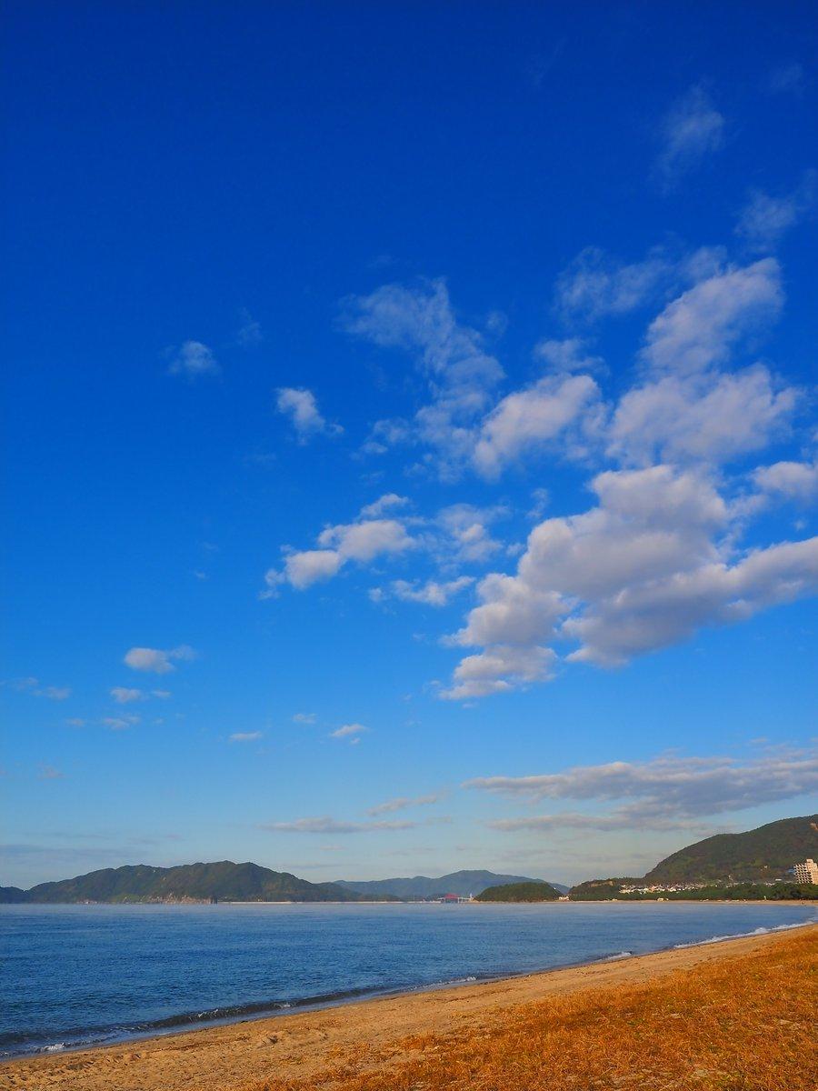 凪いだ海、綺麗な青空。何度行っても、外れなし。光市・虹ヶ浜の東から、下松市方面の空。 https://t.co/SZH6jSnezN