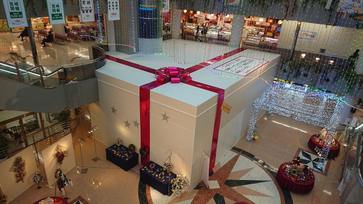 宮崎空港で見かけた 工事用の仕切りをクリスマスプレゼントに見立てるという粋な演出🎁