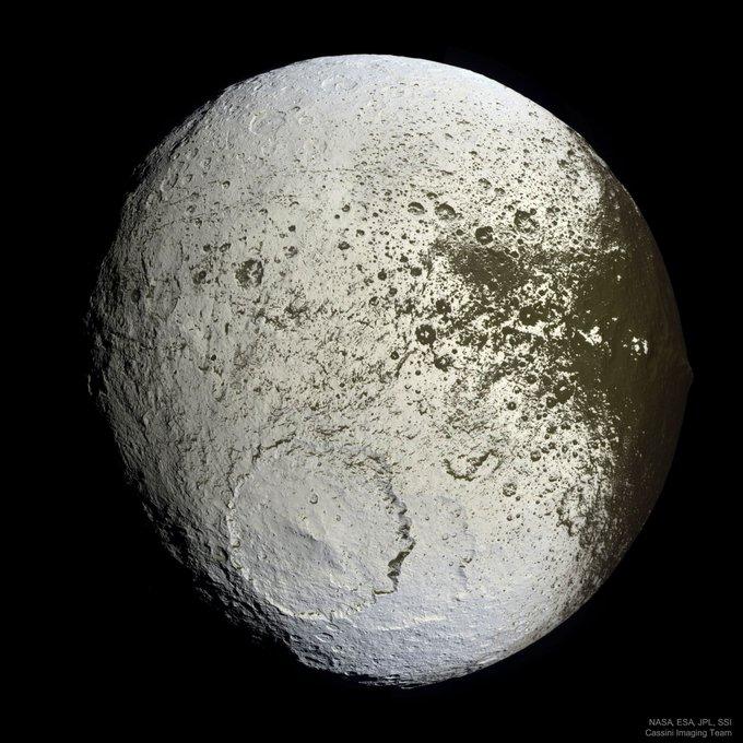 Jápeto es un satélite de Saturno de 1 469 km de diámetro. Probablemente el más llamativo del Sistema Solar por sus dos hemisferios tan diferentes. Una hipótesis es que el más oscuro podría deber su color al polvo que queda tras la sublimación del hielo. #FelizMartes Photo