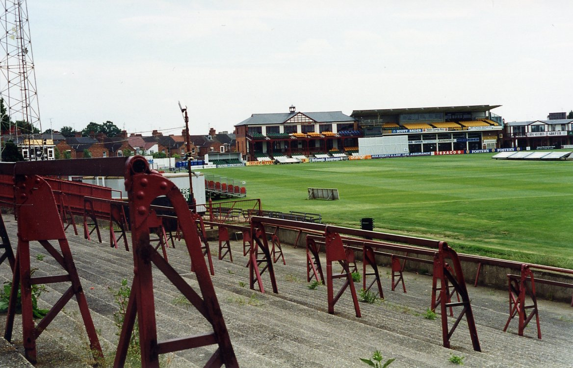 It it scarcely believable now, but a Football League ground was shared with cricket until 1994. Northampton Town played at the north end of Northamptonshire CCC's County Ground, with the south side simply being roped off for football matches. @northamptontown  @NorthantsCCC