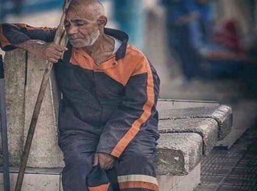 تذكر أن كل ورقة ترميها في الشارع، ينحني لها رجل مثل عمر أبيك !