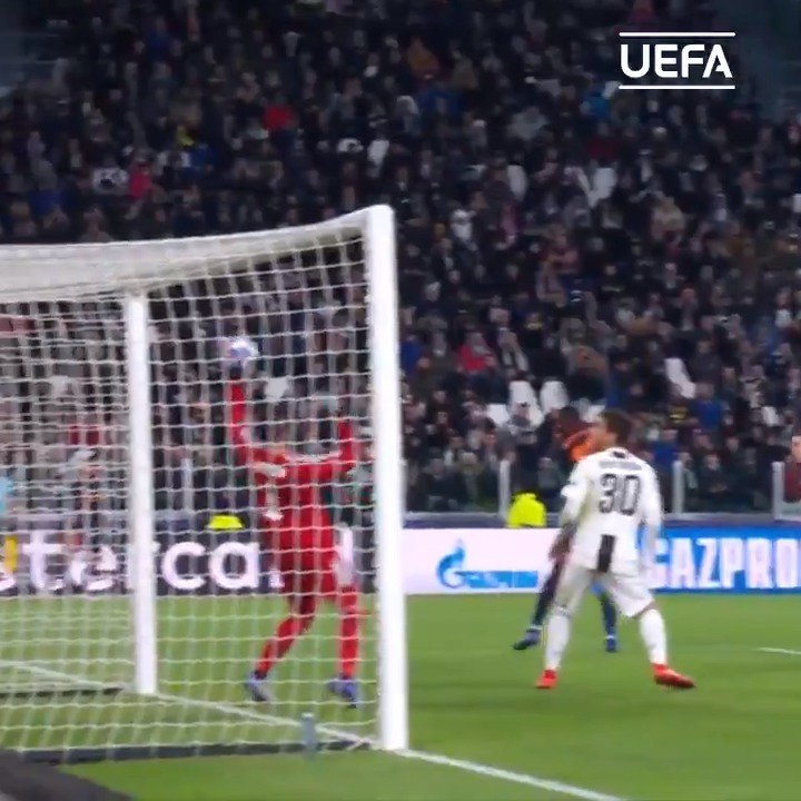 😮 Diakhaby meets a corner with a thunderous header... 👏 Szczęsny reacts magnificently to tip the ball away!   #UCL @juventusfc