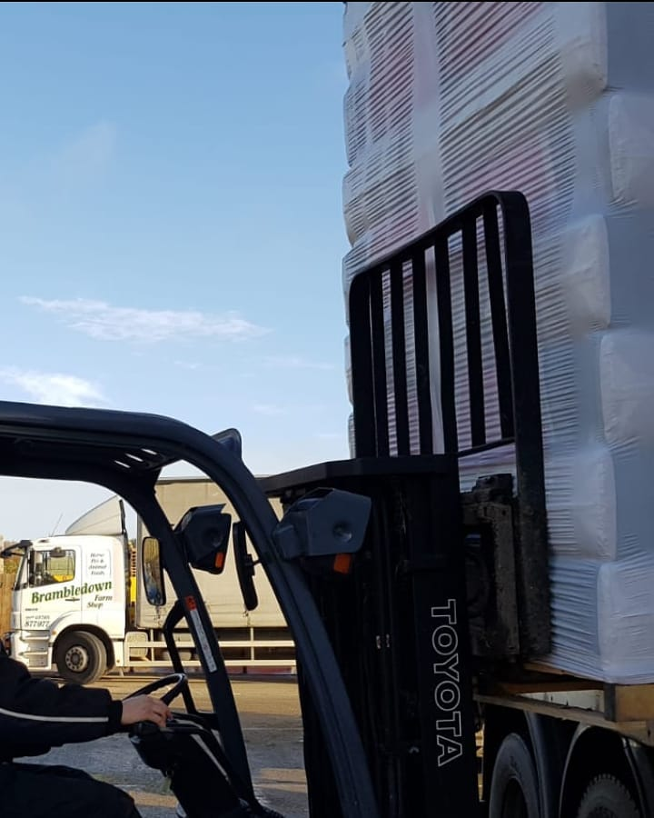Brambledown Farm Shop & Animal Feeds Kent ME12 receiving a full load of #beddown Horse Bedding #Excel The original and still the best chopped straw/woodshavings mix - getting your horses ready for winter #maketheswitch #momentumofchange #stockupforwinter #brambledownfarmshop https://t.co/ICFSejxinY