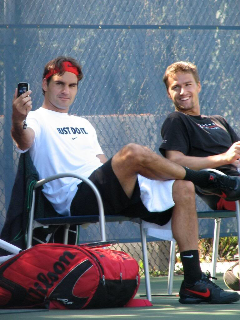 Remember when Roger Federer invented selfie <br>http://pic.twitter.com/zVF7TEe5we