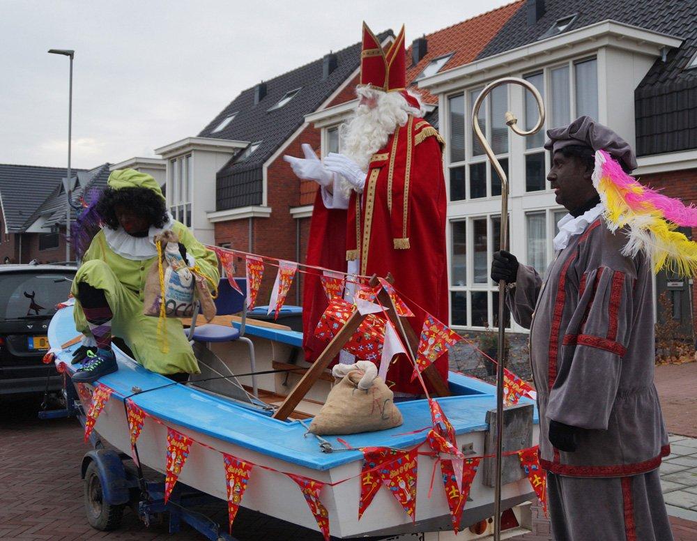 """test Twitter Media - Twee flinke rijen met kinderen stonden vandaag al vroeg in de ochtend op het plein voor @Walsprong. Met zelfgemaakte mijters en pietenmutsen zongen de kinderen """"Zie ginds komt de stoomboot"""". Op dat moment kwam Sinterklaas """"aanvaren"""" in een echte boot! https://t.co/zoU0EHSQXH https://t.co/BDmMn0VB4q"""
