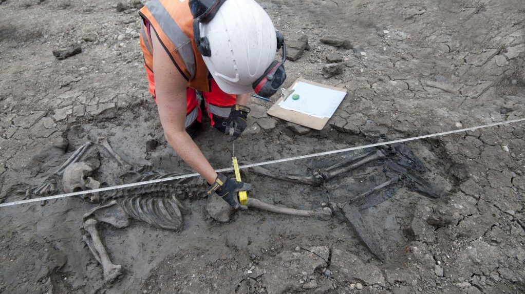 Medieval skeleton wearing leather thigh-high boots found in River Thames https://t.co/YbEXV8CaQ6 https://t.co/tczZxzWKkg