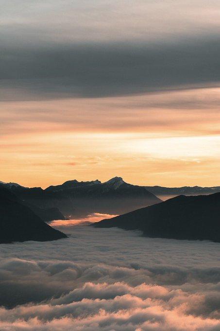 T'aimes les sunsets ? T'aimes la montagne ? Je crois qu'il n'y a pas meilleur combo pour un #JeudiPhoto ! En bonus une mer de nuages 👌🏻 On est bien en @SavoieMontBlanc 🏔 🔁 ⤵️ Photo