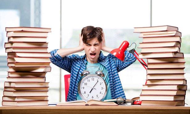 """Rozhodujete se, kdy začít na své závěrečné vysokoškolské práci konečně dělat? Není nic horšího, než začít na diplomce """"makat"""" na poslední chvíli, kdy vám již teče do bot. #zaverecneprace #diplomovaprace #student #statnice   https://t.co/qUSicbsiX1 https://t.co/ex6G6A7dBH"""