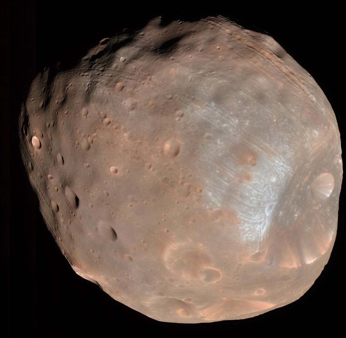 Mars' dinky little moon Phobos is covered with long, bizarre grooves. A *lot* of ideas have been proposed for them, but a new one might finally be right: Huge boulders blasted out from an impact rolling across its surface. Bonus: @GroovyBruce reference. syfy.com/syfywire/how-p…