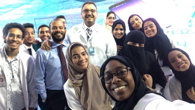 📸| طلاّب #كلية_فقيه للعلوم الطبية في صورة تجمعهم مع الدكتور نزار باهبري والدكتور المعتز هاشم ضمن فعالية #تطوع_جدة Photo