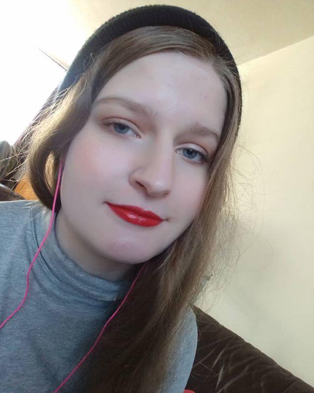 Good vibes selfie  #selfie #nofilter #wowie #makeup #redlipstick #stilldontknowwhattotag #beanie https://ift.tt/2QBnOwr