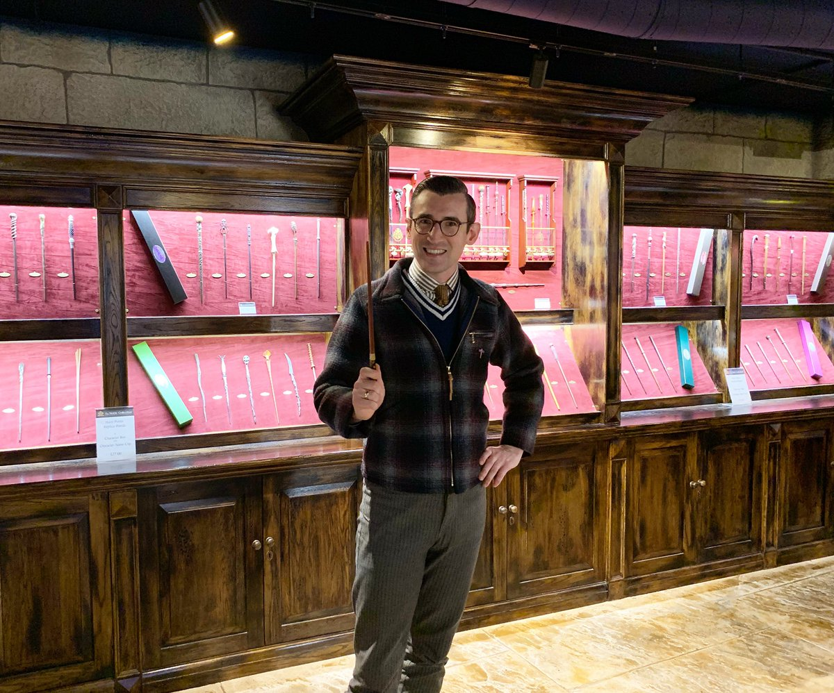 Just a quick pop in to Ollivanders whilst doing my crimbo shopping...   #HarryPotter https://t.co/i3Y0pedbCj