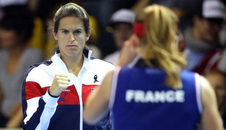 Amelie Mauresmo was set to be Frances first female Davis Cup captain but shes opted to coach Lucas Pouille instead. bbc.in/2G0UFXu