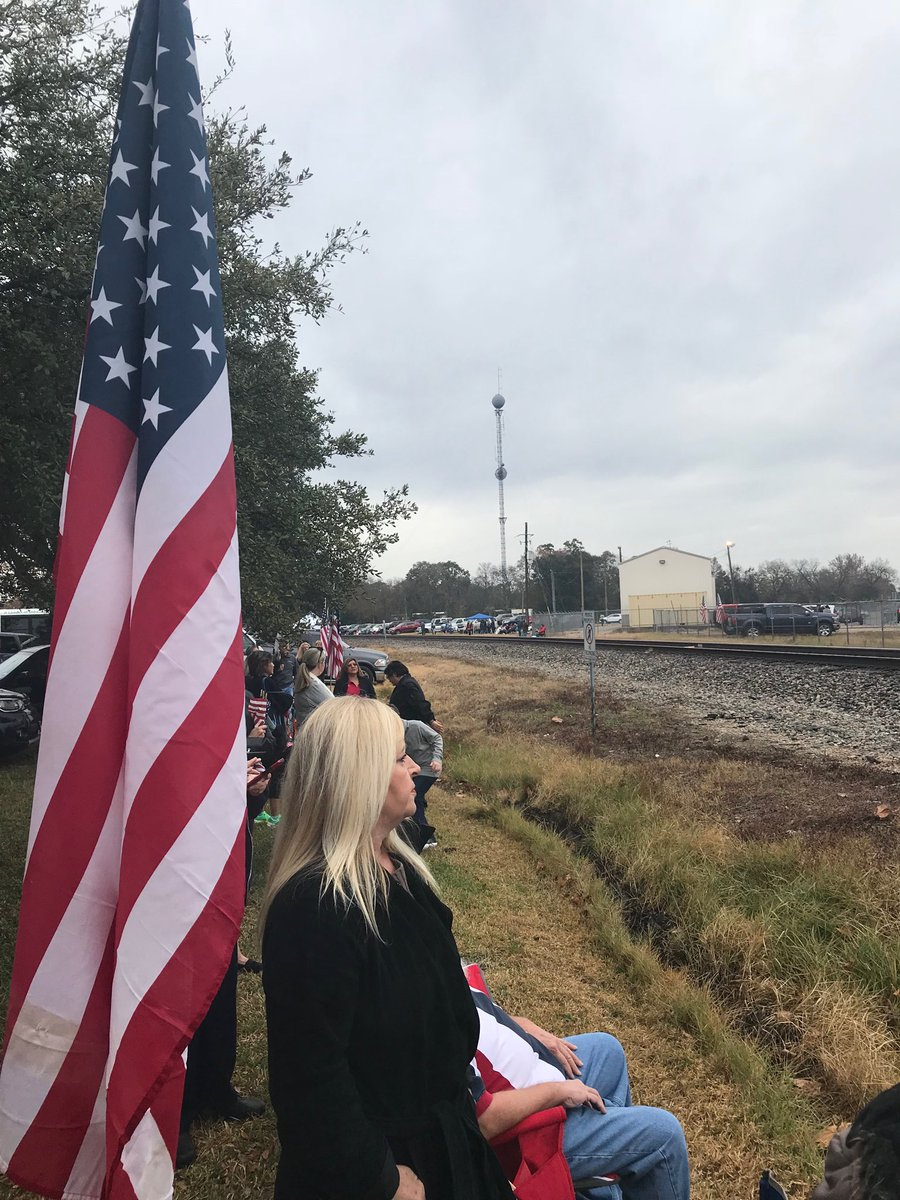 Lining the rail road tracks in Spring TX awaiting for #Bush4141 to pass by  soon for a final farewell. #Remembering41 ⁦⁩