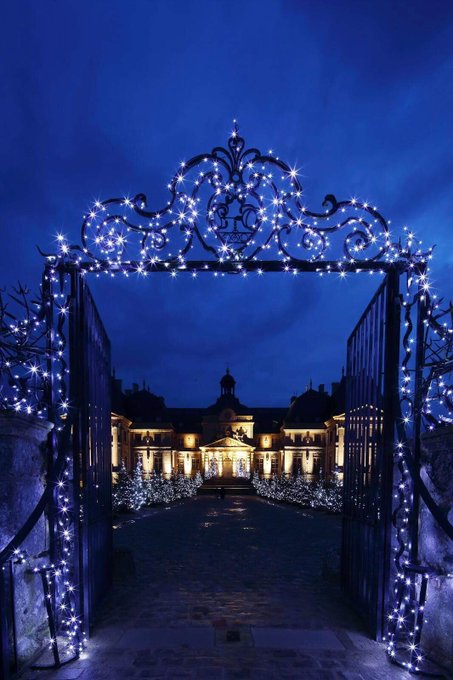 #JeudiPhoto 📸 A Noël, le @ChateauVLV vous ouvre ses portes pour une visite pleine de magie… During Christmas, Vaux-le-Vicomte opens to you its gates for a magical visit… © Yann Piriou Photo