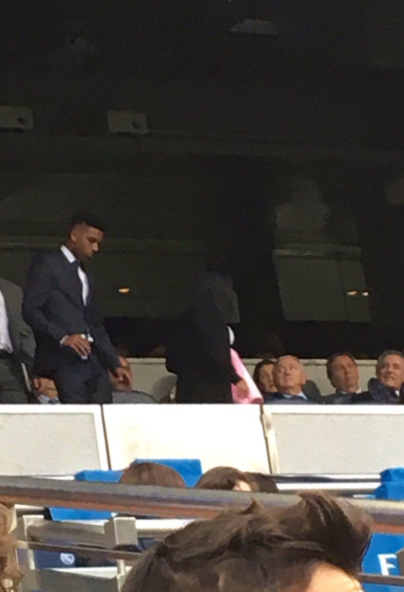 Ahí tenéis a Rodrygo Goes en el palco del Bernabéu, viendo el partido de copa de hoy contra el Melilla 😉💪