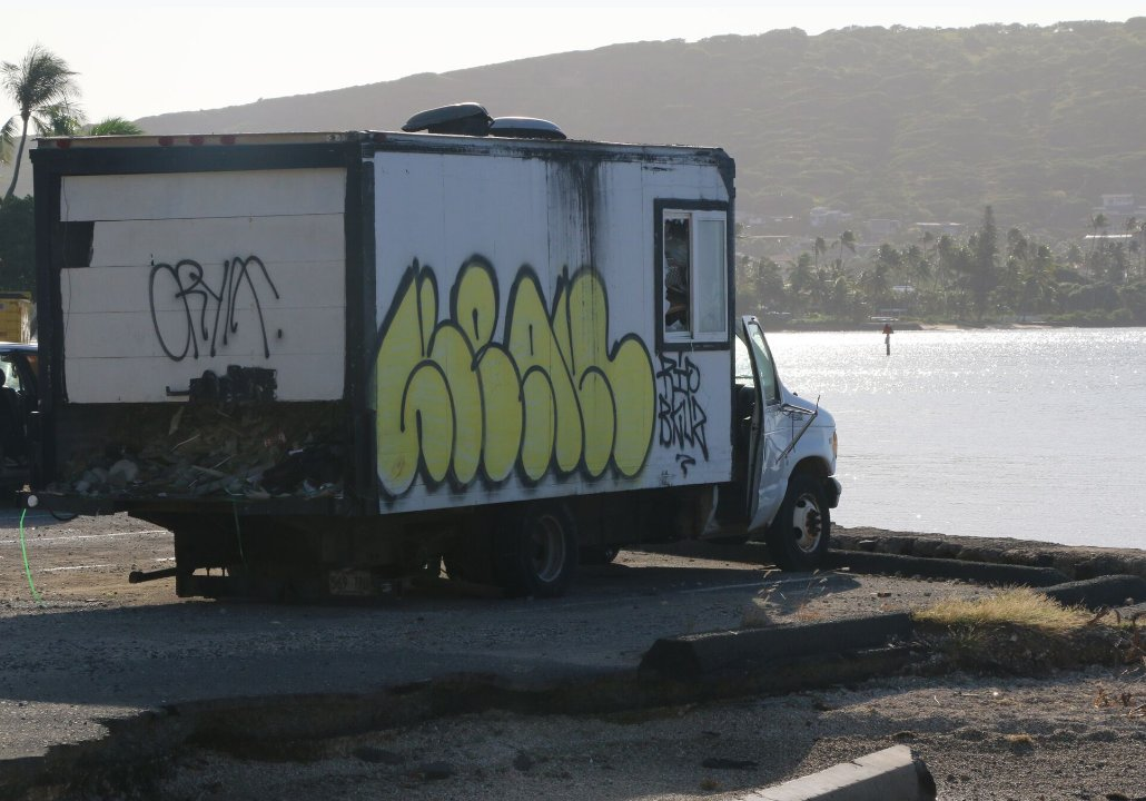 An abandoned truck filled with construction debris was towed from alongside the coastline at east O'ahu's Maunalua Bay this afternoon. It was apparently towed to the bay's parking lot several months ago and left there by the owner. https://www.facebook.com/HawaiiDLNR/photos/a.276310779076837/2321174627923765/?type=3&theater…