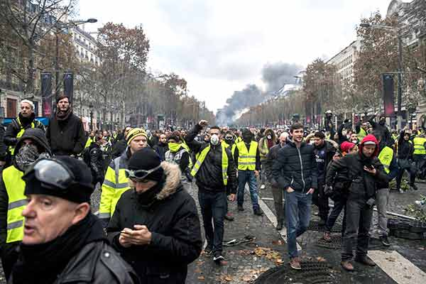 #France's president backs down in face of mass demonstrations  http://www. socialistworld.net/index.php/inte rnational/europe/france/10040-france-s-president-backs-down-in-face-of-mass-demonstrations &nbsp; …  - @socialist_world #GilestJaunes #FelizJueves <br>http://pic.twitter.com/ciFpsNV02d