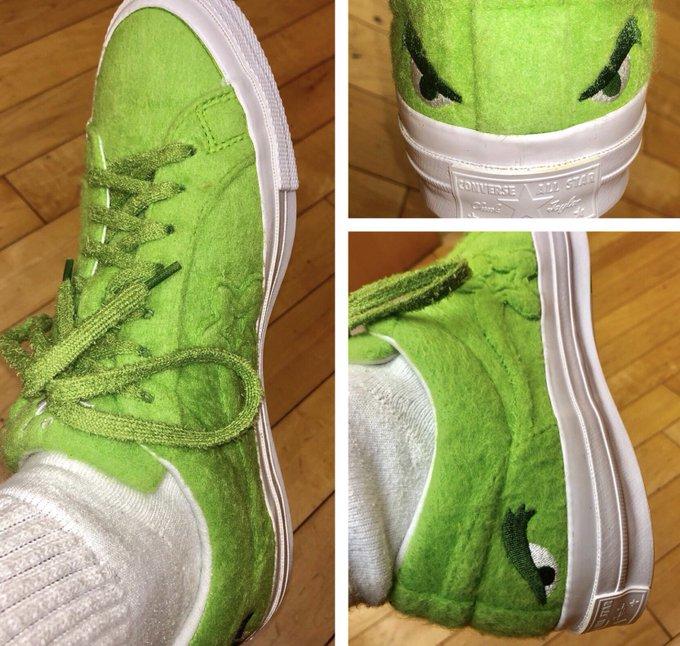 Para hacer la voz del Grinch, me tuve q poner en sus zapatos. ¡Gracias Illumination x mis tenis! Ahora, aguanten mi mal humor #EnModoGrinch / To voice the Grinch, I really had to put myself in his shoes. Thank you Illumination for my sneakers. #TheGrinch Foto