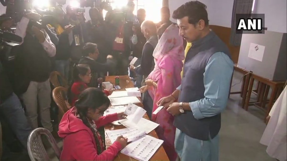 #RajasthanAssemblyelection2018: Union Minister Rajyavardhan Singh Rathore casts his votes at polling booth 252 in Vaishali Nagar, Jaipur.