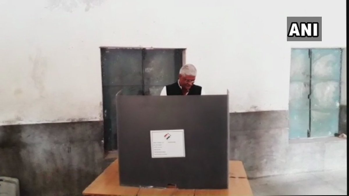 Rajasthan: Union Minister of State for Agriculture Gajendra Singh Shekhawat cast his vote at polling booth 128 in Jodhpur. #RajasthanElections2018
