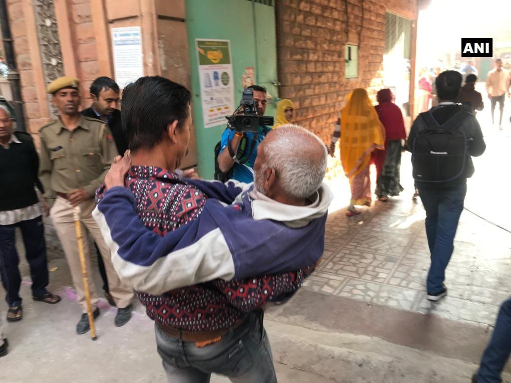 A 90-year-old man arrives at polling booth no. 104 in Sardarpura constituency of Jodhpur district to cast his vote. #RajasthanElections2018