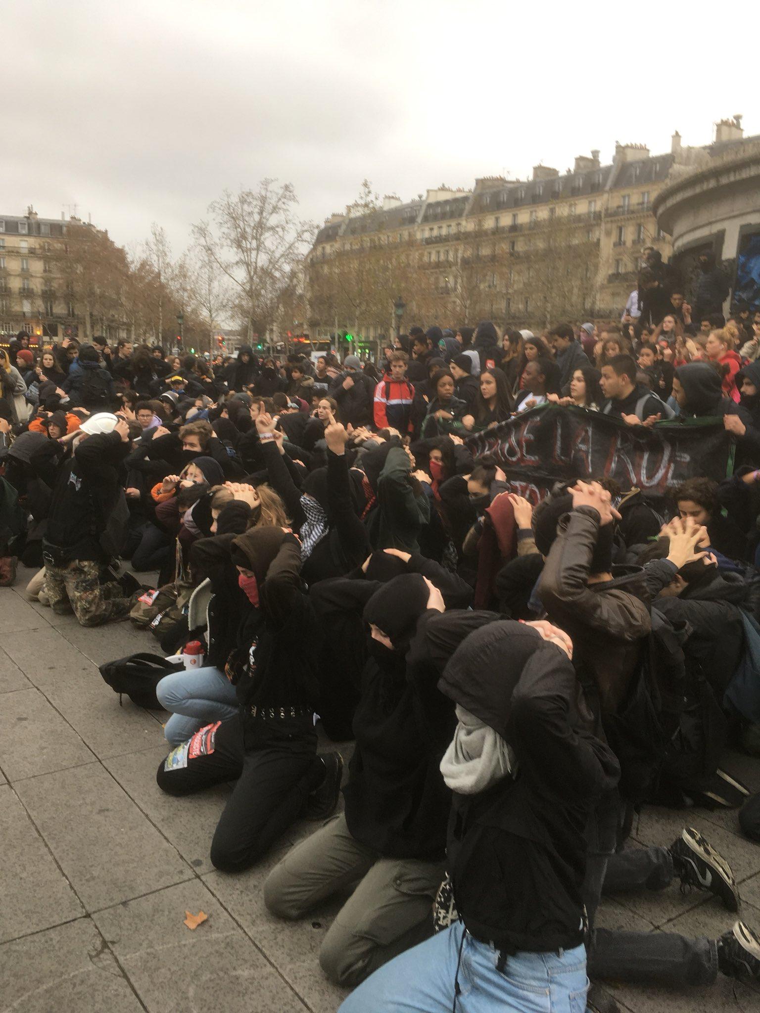 A Mantes-la-Jolie, des dizaines de jeunes agenouillés mains sur la tête - Page 4 Dtz7LPjWsAASvUw