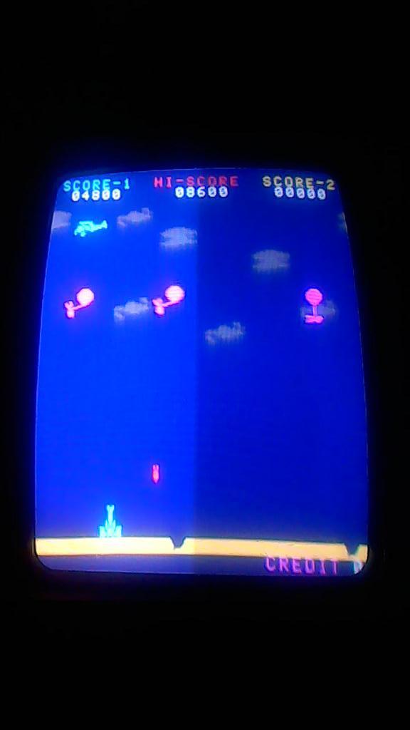 【インベーダー基板ゲーム】 1979年のブーム後は下火になったスペースインベーダー基板を再利用してタイトーの完全新作ビデオゲームとして1980年にリリースされた『バルーンボンバー』を久々に稼働させました。今回はインベーダーのテーブル筐体で遊べます♡ #si40