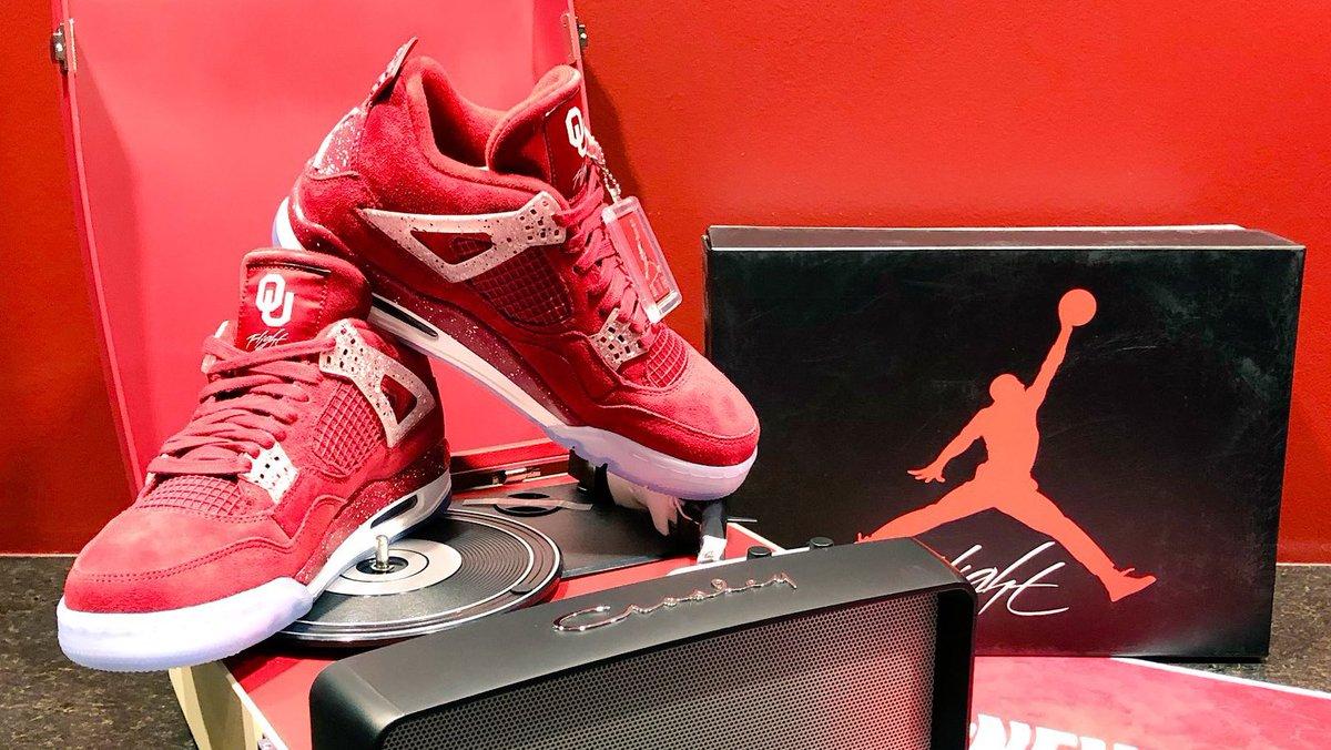 af05680736ea72 ou football celebrates  NationalSigningDay with team exclusive Air Jordan 4s.  📸