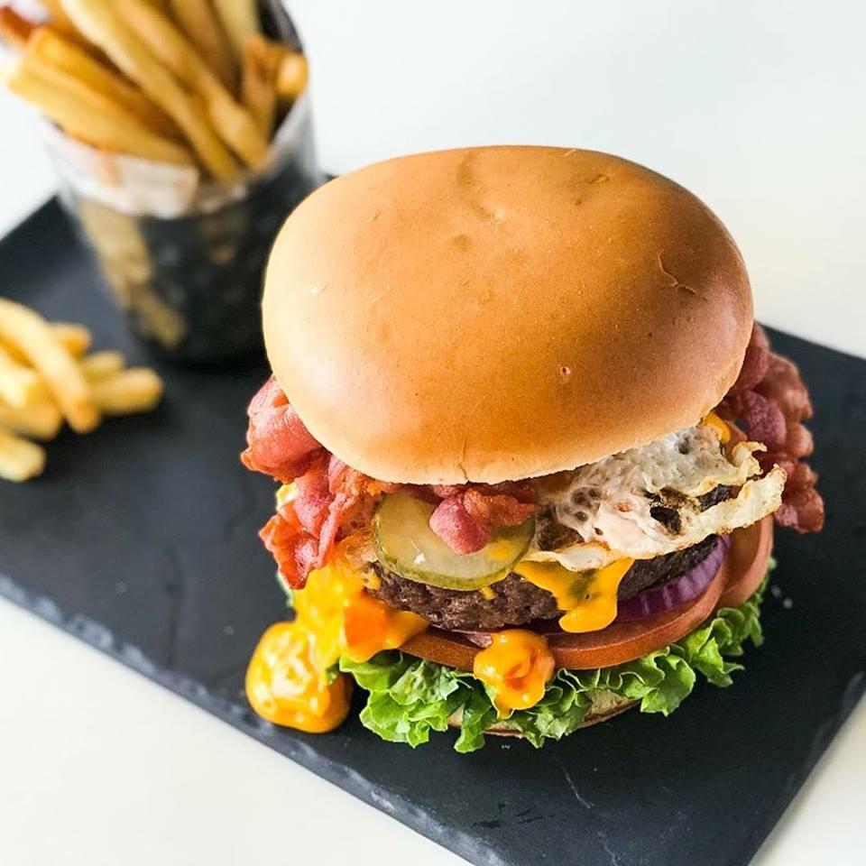 Burger XL de @tommymels #guadalajara para los días de mucho hambre ¿como hoy? 👍🙌 #felizjueves #hamburguesa #guadalajara #juernes https://t.co/f3tbv8EZJZ